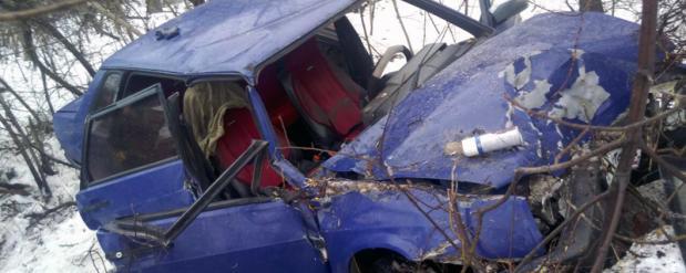 """Под Тольятти """"девятка"""" влетела в дерево: людей из машины вытаскивали спасатели"""