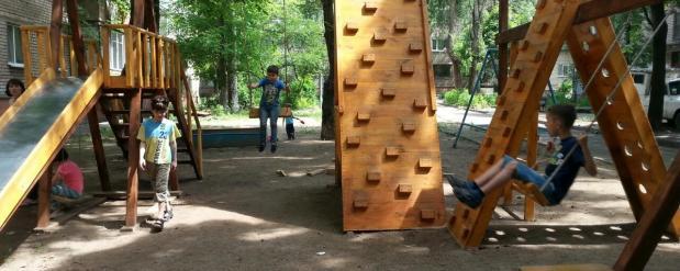 Покрытие детской площадки, которое уничтожили за короткий срок, будет отремонтировано