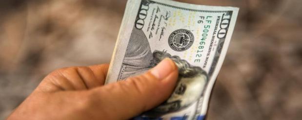 Банки начали ограничивать продажу валют